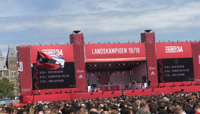 Controle Vrolijke Ajax-fans Op Vol Museumplein