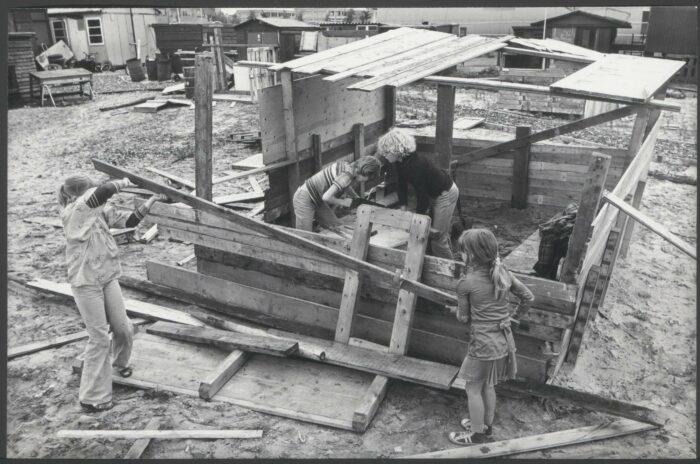 Voor Kinderen Zijn De Loden Waterleidingen Gevaarlijk. Deze Kinderen In De Rode Kruisstraat Waren Zich In 1978 Niet Onbewust Van De Risico's.