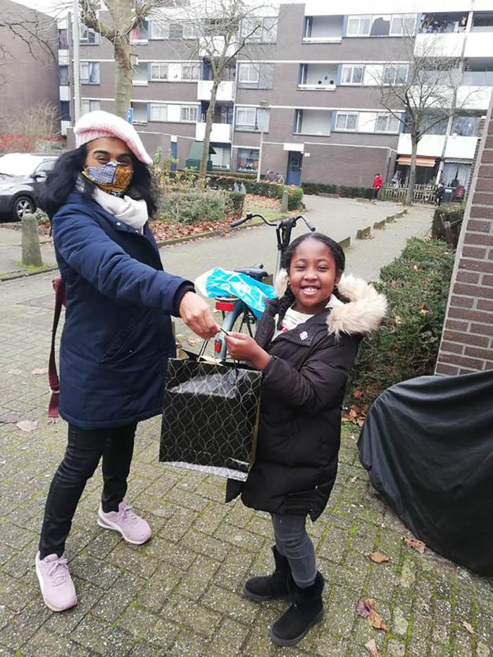 Romy, De Jongste Held Van Amsterdam, Ontvangt De Heldenspeld Uit Handen Van Stadsdeelbestuurder Tanja Jadnanansing