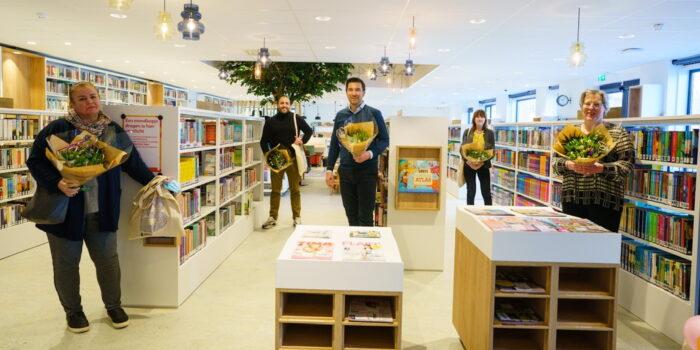Het Bewonerscomité Met Rechts Kristin De Winter En Midden Wethouder Van Asten In De Bibliotheek.