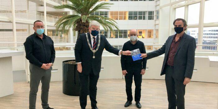 Jan Van Zanen Ontvangt Publicatie Over Sinti En Roma In Den Haag.