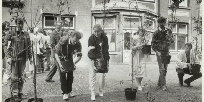 In 1985 Gingen Antiabortusactivisten Anders Te Werk. Een Demonstratie 1985 Bij De Bloemhovekliniek.