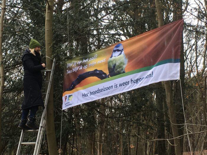 Met De Slogan 'Blijf Jij Op Het Pad? Blijf Ik In Mijn Nest' Willen Parkbeheerders Mensen Op Het Pad Houden En Natuurschade Voorkomen…