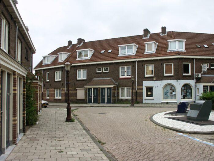 In Leegstaande Woningen Aan Het Meidoornplein Wordt Gekeken Wat Er Zoal Moet Gebeuren Tijdens De Renovatie.