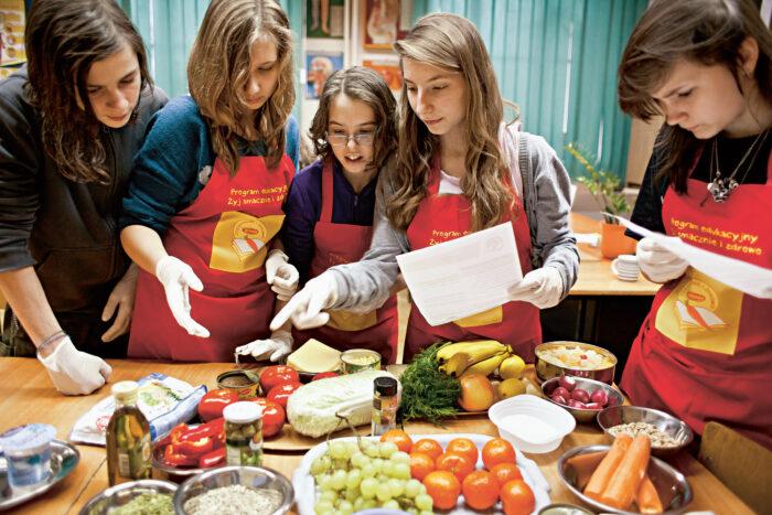 De Jongeren Van Florakokjes (niet Op De Foto) Koken En Eten Samen.