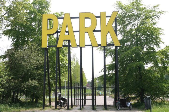 Wandelaars Lopen Via Het Amstelpark Zo De Mooie Natuur Van Amstelland In.