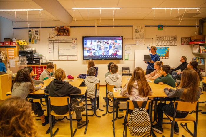 Leerlingen 'overhandigen' Het Plan Voor Passend Onderwijs Digitaal Aan De Wethouders.