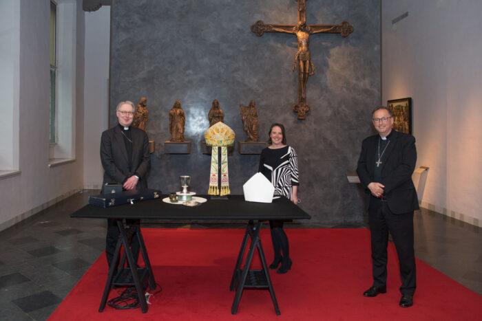 De Overdracht Van De Stukken Van Ad Simonis Vlnr: Bisschop Gerard De Korte, Directeur Marieke Van Schijndel En Hulpbisschop Herman Woorts.