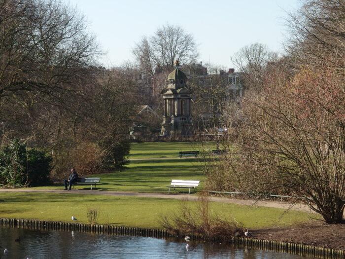 Het Park Met Het Sarphati-monument Op De Achtergrond.