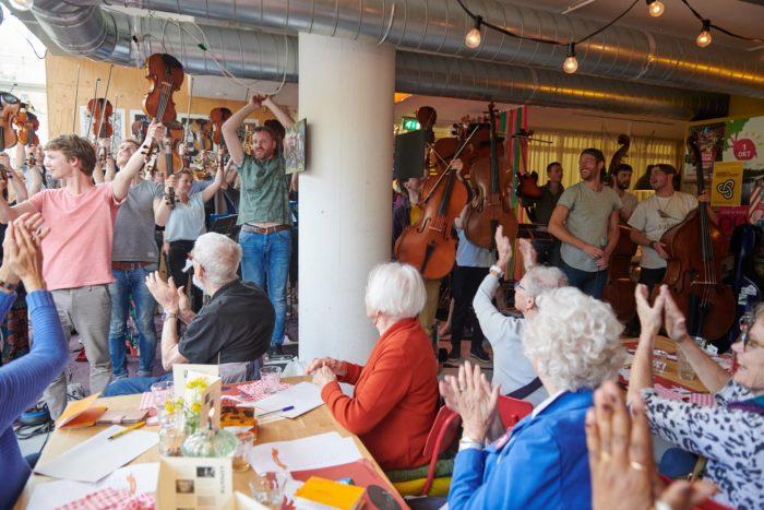 Buurtbudgetten Maken Een Buurt Leuker. Op De Foto Bewoners Van De Wildemanbuurt Tijdens Een Vrijheidslunch.
