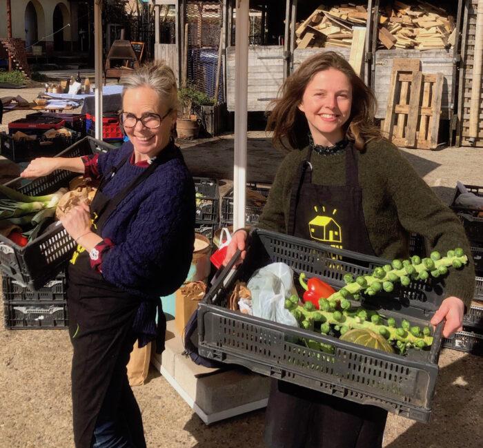 Verantwoordelijken Buurderij: Anouk Jansen (links) En Laura Brouwer.