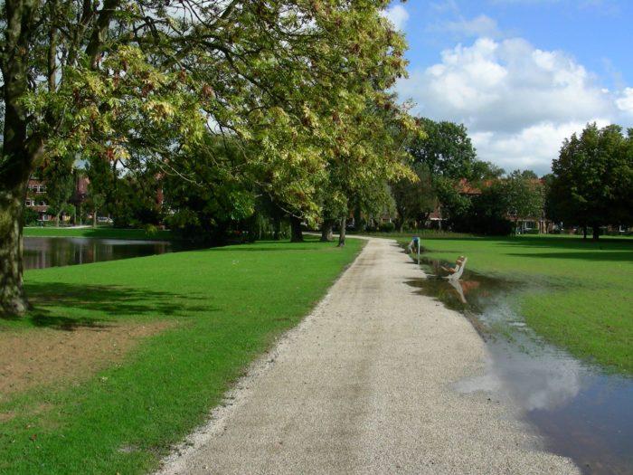Ook In Het Oosterpark Is Een 'spinozabankje' Te Vinden.