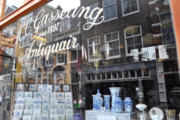 M.C. Gasseling Antiquair In De Nieuwe Spiegelstraat.