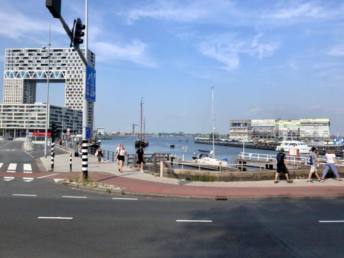 Vroeger Losten Vrachtschepen Van Over De Hele Wereld Hout In De Houthaven. De Havenarbeiders Woonden In De Spaarndammerbuurt.