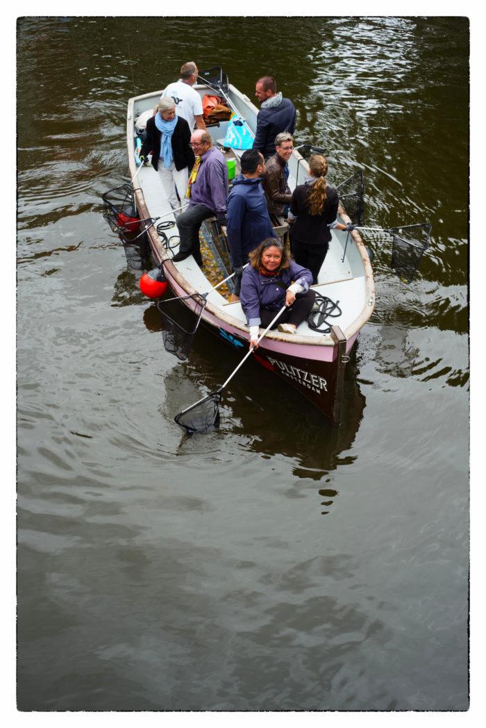 Vrijwilligers Halen Plastic Uit De Gracht.