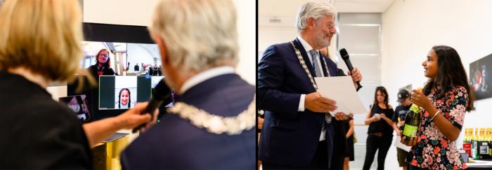 Rania Zanmou (l.) En Chiara Jaggoe (r.) Krijgen Van Burgemeester Aptroot Hun Prijs.